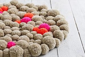 Декор для дома: мягкий коврик из помпонов своими руками