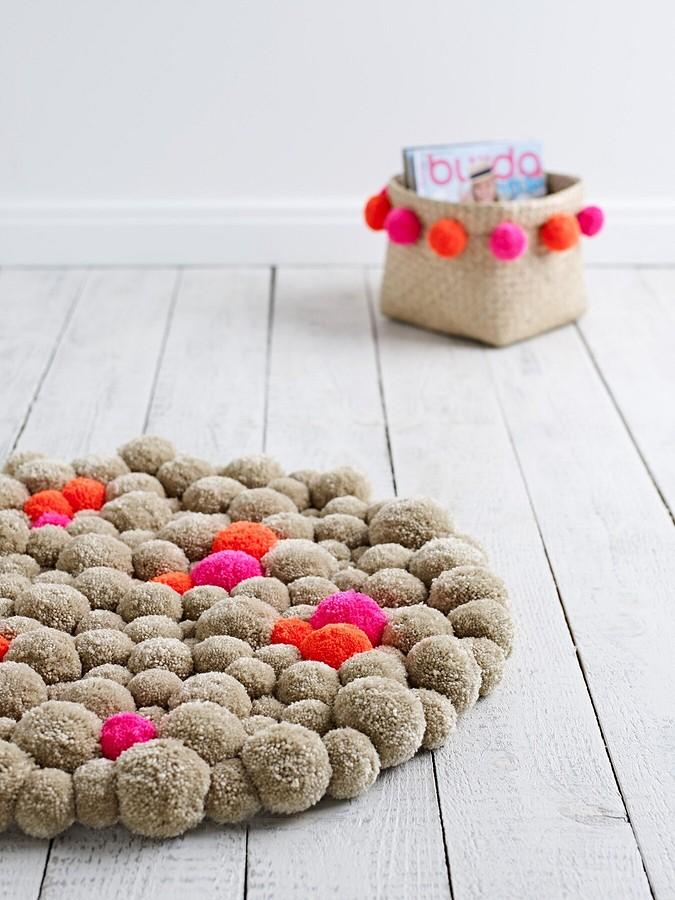 Декор длядома: мягкий коврик изпомпонов своими руками