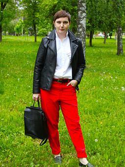 Работа с названием Красные брюки-бойфренды