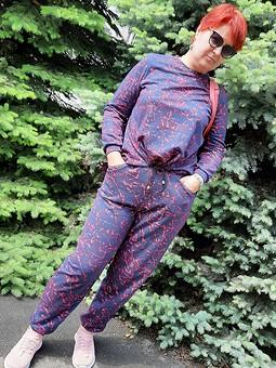 Работа с названием Еще один костюмчик: брюки и пуловер