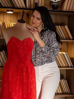 Работа с названием Красное прекрасное платье