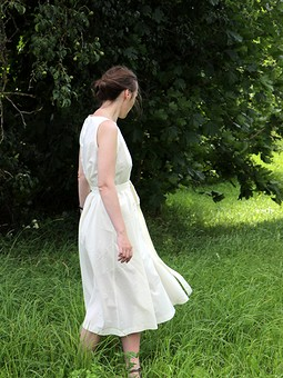 Работа с названием Платье с пуговками на спине