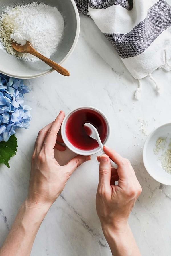 Рецепты красоты: как приготовить кокосовые бомбочки дляванны своими руками