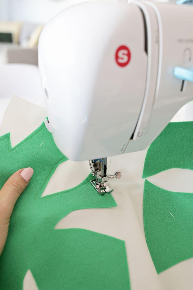 Идея: подушка саппликацией ввиде листьев монстеры