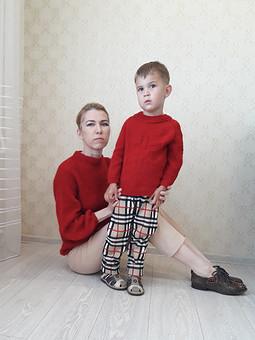 Работа с названием С Днем семьи, любви и верности. Красные джемпера