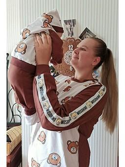 Работа с названием День семьи! Брат и сестра в трикотажных костюмах.