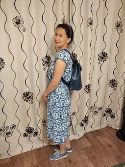 Работа с названием Платье с глубоким V-образным вырезом