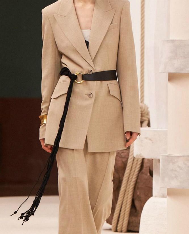 Просто добавь ремень: самый модный способ носить жакет или блейзер этой осенью