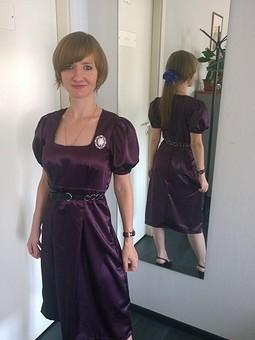 Работа с названием Шелковое платье с рукавами—фонариками