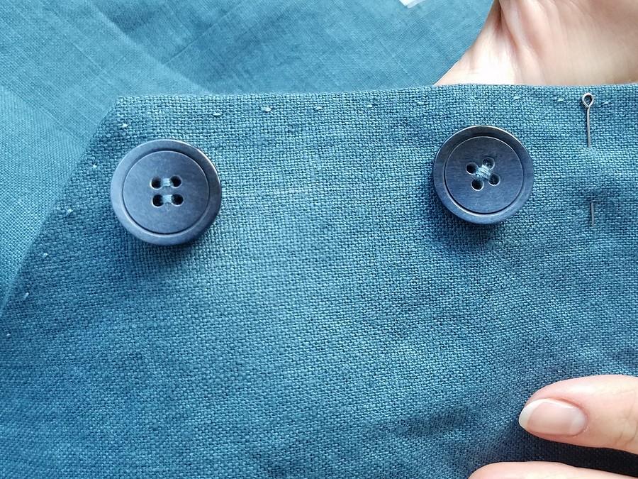 Как пришить пуговицу счетырьмя отверстиями нанитяной ножке