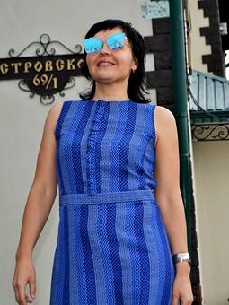 Работа с названием Платье в синюю полоску