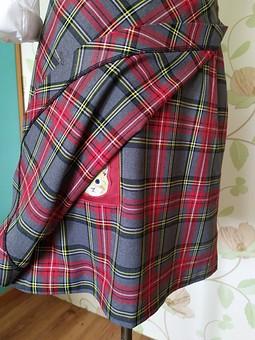 Работа с названием Очередная школьная юбка