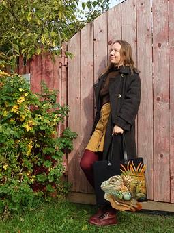 Работа с названием Пальто и сумка с игуаной
