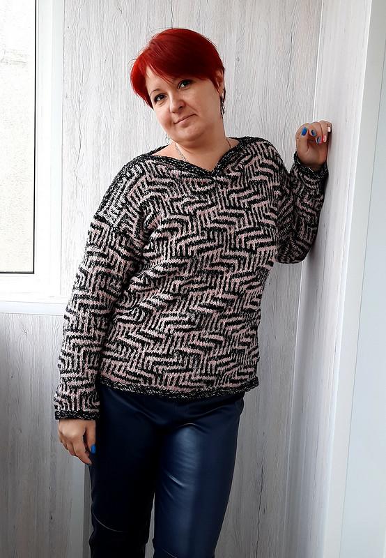 В фокусе вязаный свитер