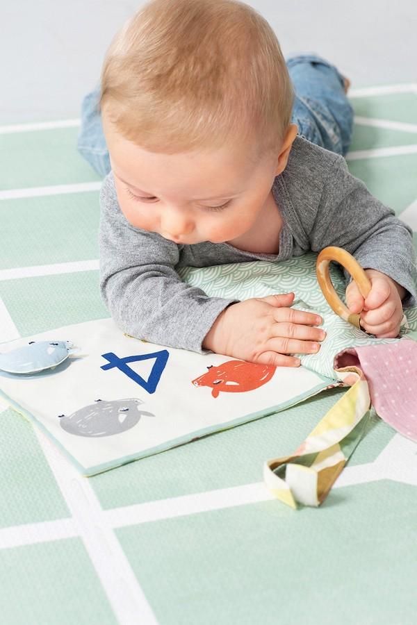 Первая книжка малыша: шьём своими руками излоскутков тканей