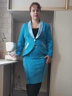 Работа с названием Голубой костюм: юбка и жакет