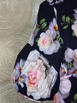 Работа с названием Цветочное платье и бабочка