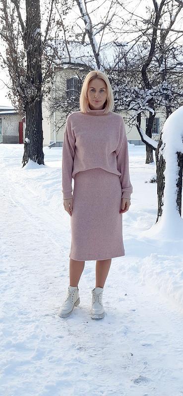 Пудровый костюм января: юбка ипуловер от ShaLena