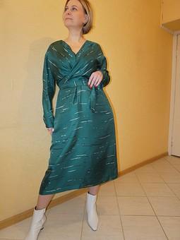 Работа с названием Платье с эффектом запаха цвета еловой хвои