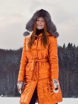 Работа с названием Стёганое оранжевое пальто