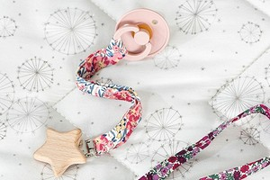Аксессуары для малыша: держатель для пустышки на мягкой застёжке