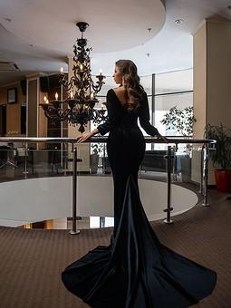 Работа с названием Черное бархатное платье