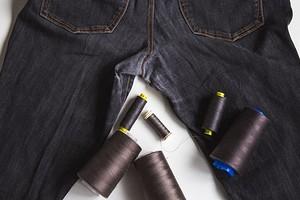 Лайфхак: как незаметно заштопать джинсы на машинке