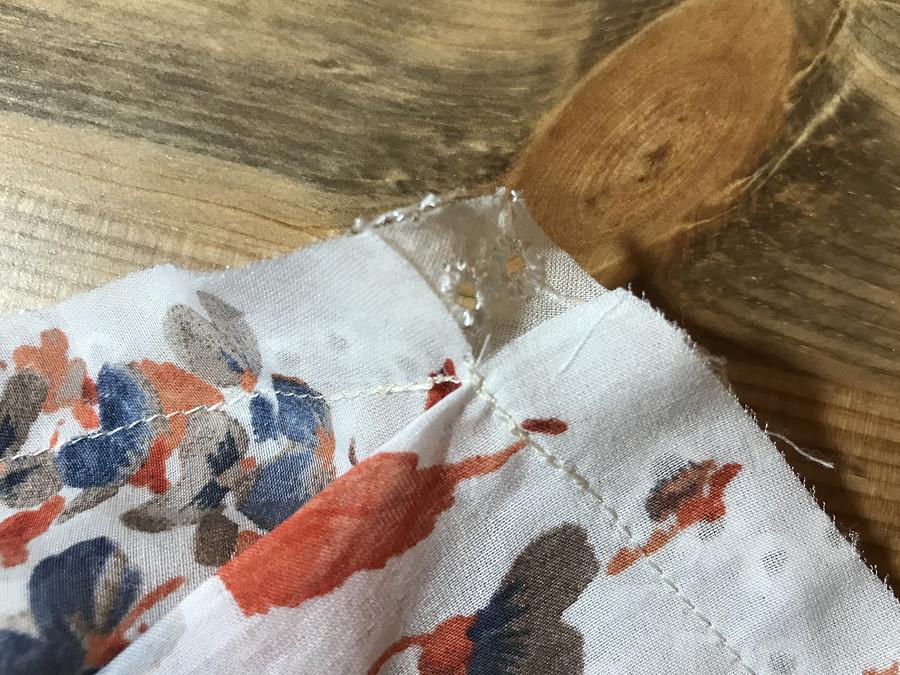 Фигурная кокетка суголком: деликатная обработка