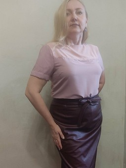 Работа с названием Шелковая блузка-футболка оттенка розы и пиона