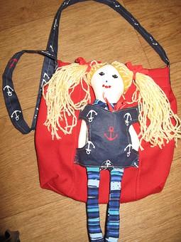 Работа с названием Сумка с куклой для поездки на море