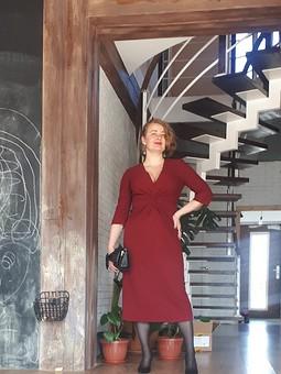 Работа с названием Платье с глубоким декольте