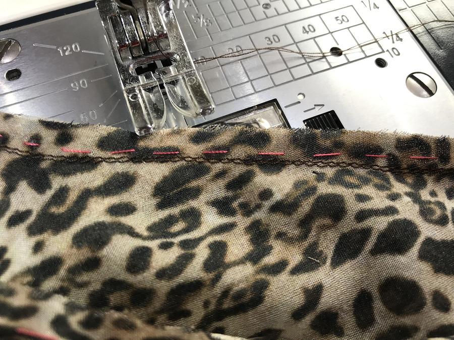 Обработка припусков втачного рукава визделиях изшёлкового шифона