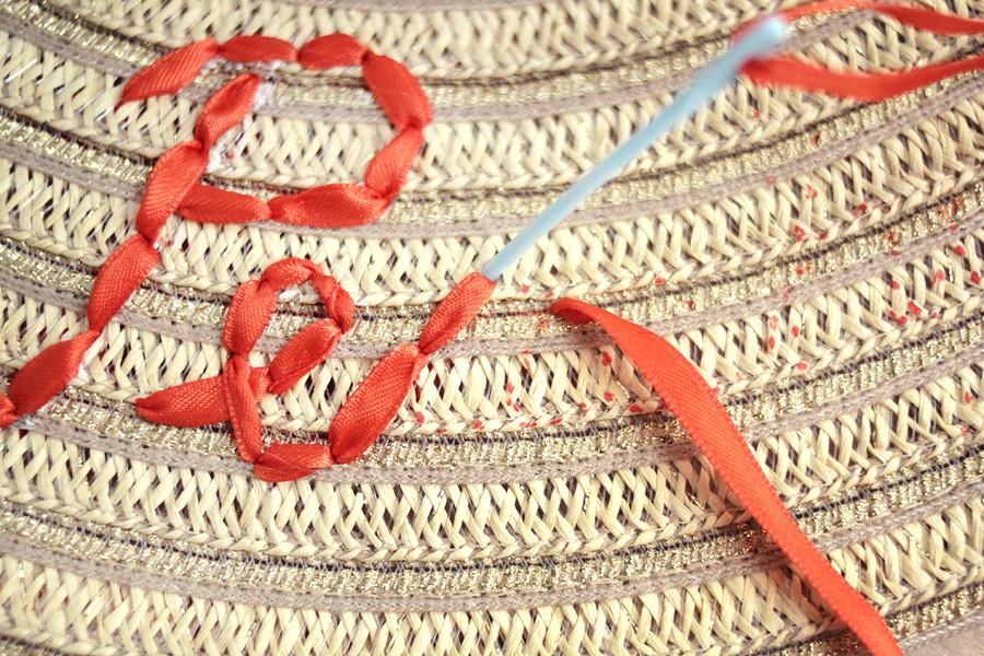 Идея: вышивка лентами налетней шляпе