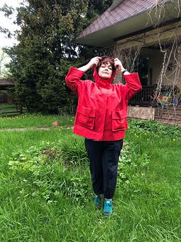 Работа с названием Красная куртка