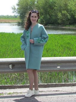 Работа с названием Пальто цвета светлый изумруд с вышивкой