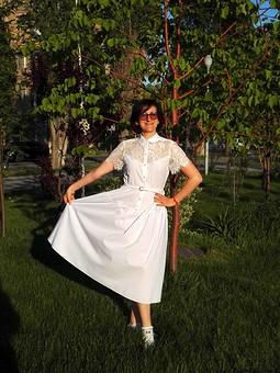 Работа с названием Белое летнее платье с гипюровой вставкой
