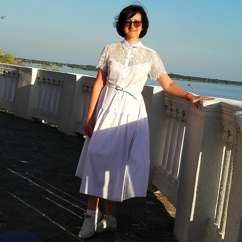 Белое летнее платье сгипюровой вставкой от КМ