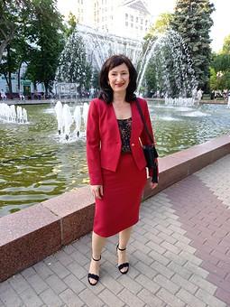 Работа с названием История любви или женщина в красном (костюме)