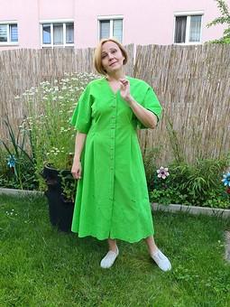 Работа с названием Платье, травка зеленеет