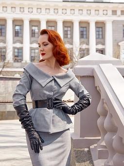 Работа с названием Серый костюм: жакет и юбка