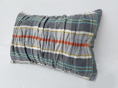 Как спомощью тесьмы дляштор сделать декоративную подушку срельефными складками