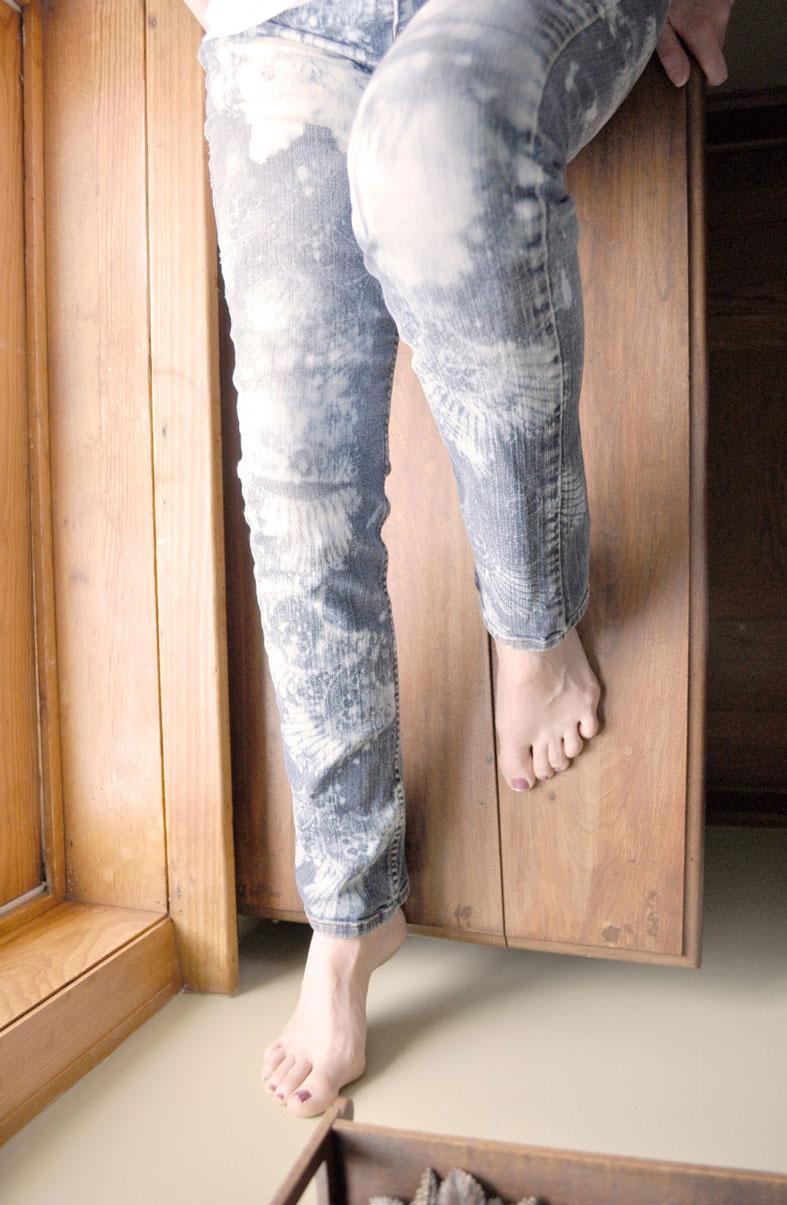 Как украсить джинсы с помощью кружева и отбеливателя