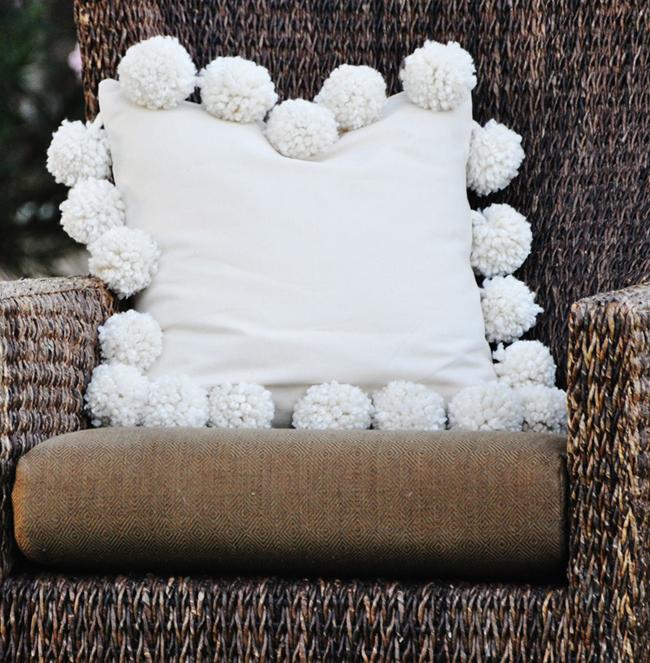 Снежные помпоны: декор подушки своими руками
