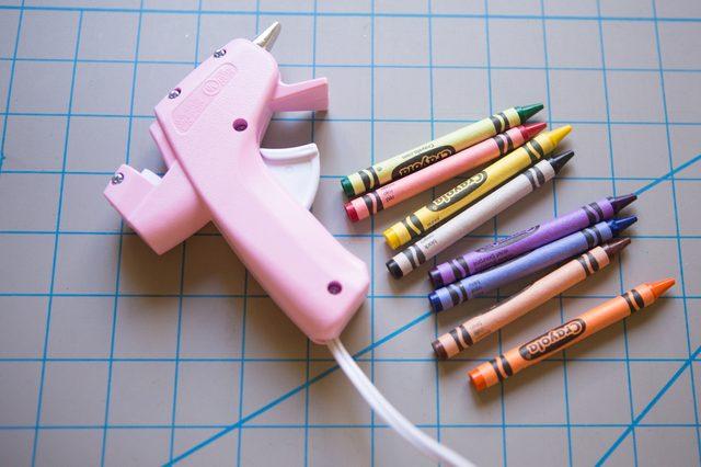 Делаем восковую печать с помощью клеевого пистолета и карандашей