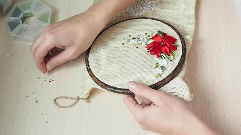 Цветочный декор текстильного мешочка вышивкой лентами