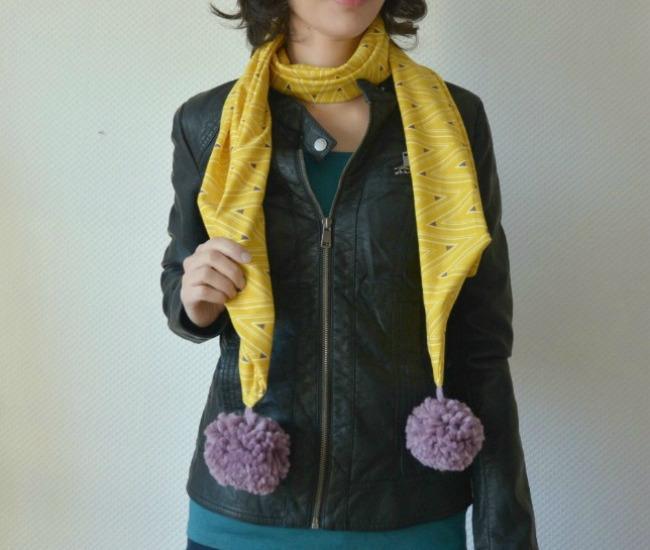Как сшить трикотажный шарф с помпонами за полчаса