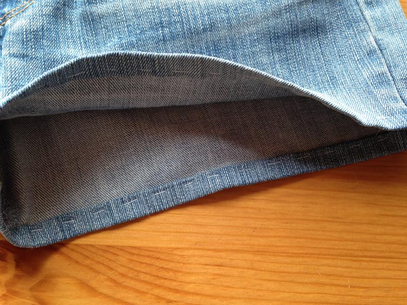 Как подшить джинсовые шорты с помощью пластины для трудных мест